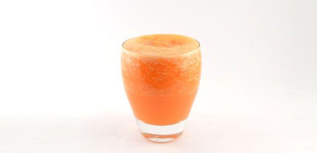 Deze wortel sinaasappel gember smoothie heeft niet de standaard groene smoothie kleur. Wel valt hij onder de categorie groene smoothies door de wortel.
