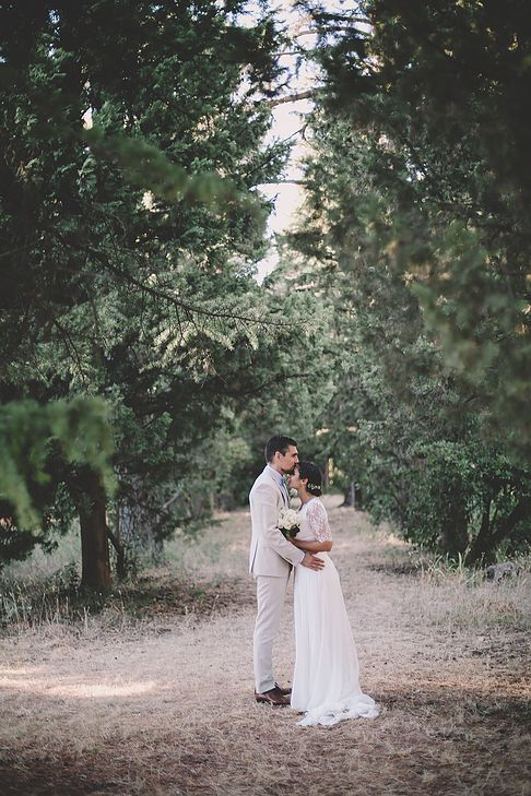 soul pics photographe mariage provence, photo de couple dans le jardin du château de rochebelle à la cadière d'azur dans le var, robe de marié manon gontero