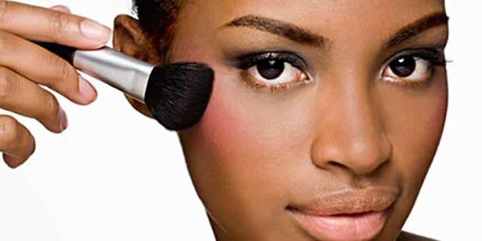 Se você é mais moreninha, mulata ou negra ou vive queimadinha de sol e tem dúvidas na hora de comprar produtos para maquiagem veja nesta matéria tudo o que você precisa saber para comprar os produtos corretamente!