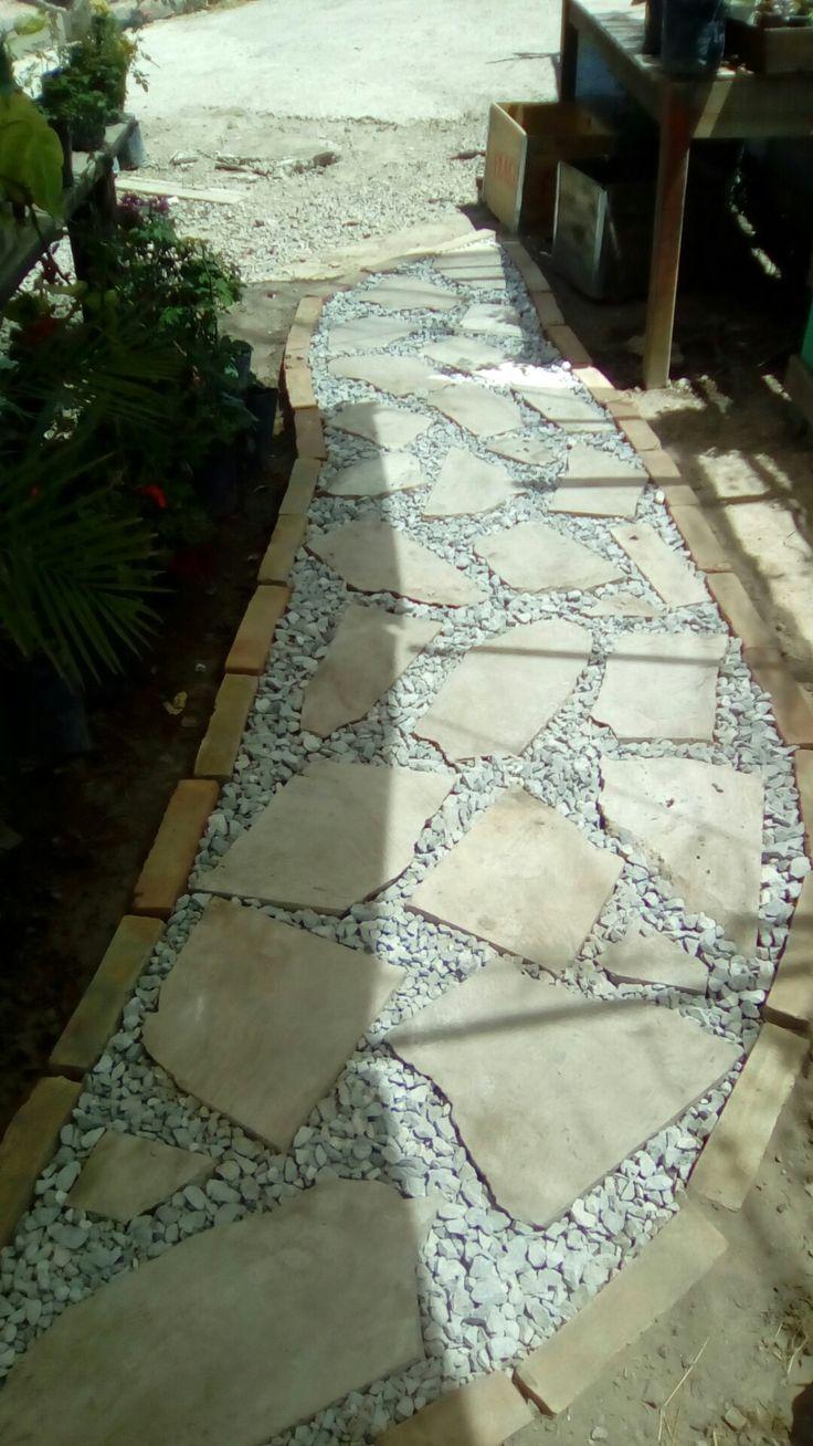 Camino de mármol, grava y ladrillo