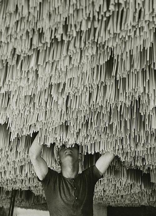 Alfred Eisenstaedt - spaghetti factory, 1932