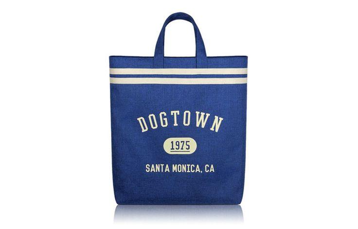 큐레이터 윤자영 :: 산뜻한 블루 컬러가 멀리서도 확 들어오는 가방인데요. 일 때문에 이동도 빈번하고 늘 짐이 많은 편이라 빅백을 선호해요, 70년대 캘리포니아 느낌 컨셉이라서 드는 순간 저도 기분 좋아지는 그런 느낌. 청량감이 묻어나오는 가방이에요. 은근 각이 살아있어요.