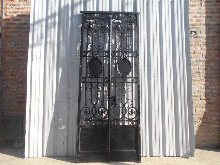 Antigua puerta de frente de hierro forjado puerta de for Puertas de hierro forjado