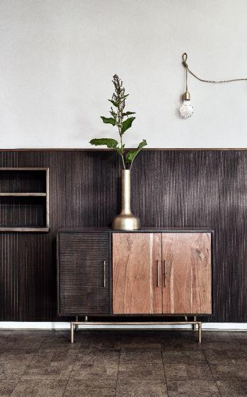 Wat een prachtige verschijning is deze houten dressoir van het merk  Nordal. Een ware toevoeging aan je interieur. De verschillende hout soorten in combinatie met de gouden accenten zorgen ervoor dat de kast een chique uitstraling heeft.