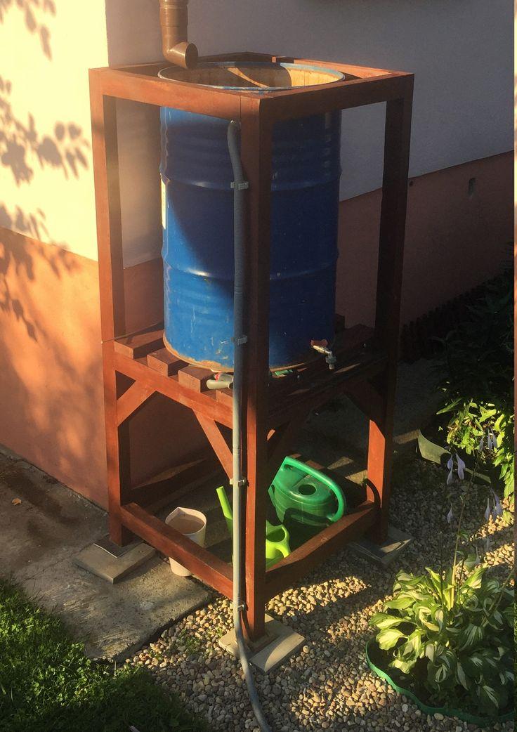 Бочка для сбора дождевой воды для полива растений.