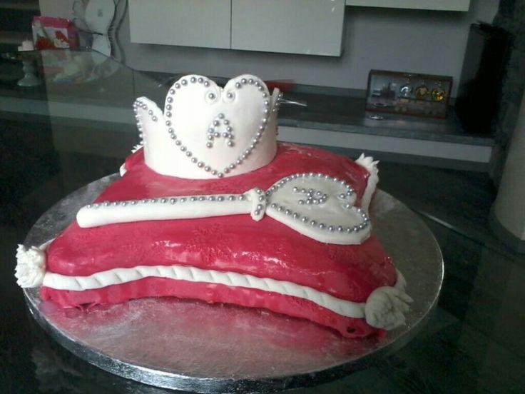 Torta cuscino scettro e corona cake design pasta di zucchero pdz