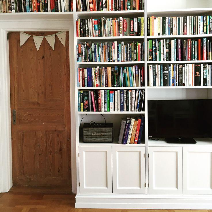 Platsbyggd bokhylla i sekelskiftesstil.