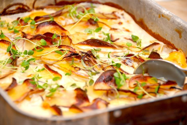 Opskrift på flødekartofler uden fløde, der naturligvis indeholder færre kalorier. Flødekartoflerne laves med cremefine og mælk. Kan man lave flødekartofler uden fløde? Sagtens. Og de er selvfølgeli…