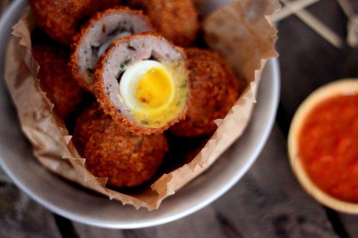 Receita: Mini Scotch Eggs (ou mini bolovo?). Apesar de também ser ovo também ser empanado e frito, a massa que envolve leva é de carne moída de porco temperada. Outra história. E o ovo, geralmente é cozido por pouquíssimo tempo, para manter a textura da gema mesmo depois da fritura. Quanto menos tempo, mais cremosa fica a geminha.