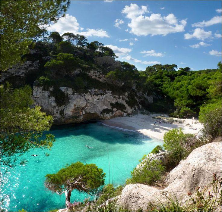 La fascinante cala Macarelleta en Menorca | Esta paradisiaca cala menorquina  es una de las playas más conocidas del sur de la isla.  Su arena es fina y blanca, y las aguas son azul turquesa. Es una de las calas con mayor número de nudistas en Menorca. Dado su popularidad es preferible visitarla fuera de la temporada alta de verano.