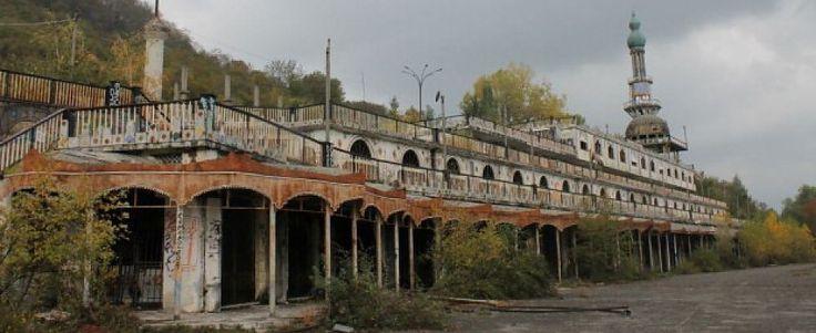 Il piccolo borgo agricolo in provincia di Lecco negli Anni 60 era stato   trasformato in un parco divertimenti.  Ma la favola è durata poco:  prima una frana lo ha isolato dal resto del  mondo, poi incuria e  abbandono hanno fatto il resto
