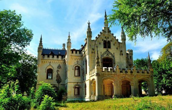 Castelul Sturdza din Miclăuşeni se deschide astăzi pentru vizitatori, după aproape zece ani. În tot acest timp s-au făcut reparaţii pentru că imobilul era într-o stare avansată de degradare, însă în ciuda investiţiilor lucrările nu sunt gata sută la sută.