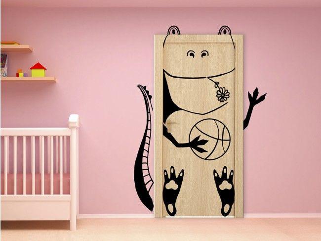 Vinilo pared Funny Lizard  ¡Lagarto, lagarto!, si tocas la madera de la puerta, tendrás buena suerte. Un vinilo adhesivo para puertas, muebles o paredes, divertido e ideal para habitaciones infantiles.