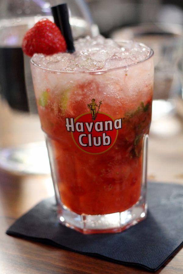 De mojito is voor menigeen de nummer één cocktail in de zomer, maar wat als je liever geen alcohol drinkt? Deze variant wordt gemaakt met appelsap in plaats van rum en extra op smaak gebracht met verse aardbeien en aardbeiensiroop. Smakelijk! Doe de aardbeien met de munt, limoenpartjes en de suiker in een cocktailshaker. Stamp […]