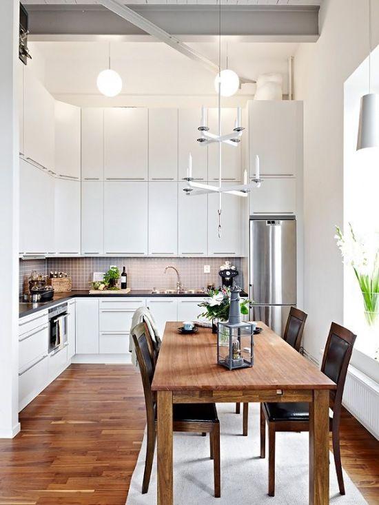 tradycyjuny drewniany stół  z krzesłami w białej kuchni - Lovingit.pl