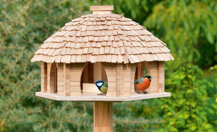 Ein imposantes Vogelfutterhaus gibt es als Bauplan: Das Silo im Inneren des Vogelhauses aus Blockbohlen hält das Futter sauber