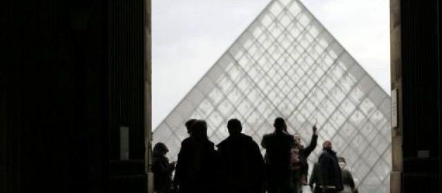Vols et agressions: le Louvre ferme une journée. Le Louvre a été fermé mercredi parce que ses agents ont cessé le travail pour protester contre la recrudescence d'agressions par des pickpockets, une première pour le plus grand musée du monde.