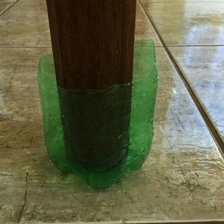 Garrafa Pet para proteger os pés da mesa quando for lavar a cozinha