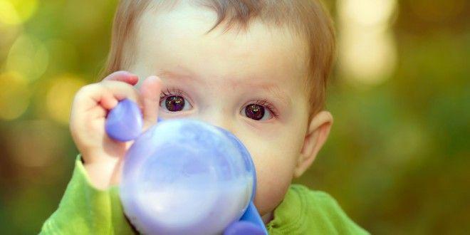Tazze con beccuccio per bambini: 2.300 incidenti l'anno. Limitarne l'uso oltre l'anno di età ed eliminarle dopo i 2 anni. I consigli dei pediatri