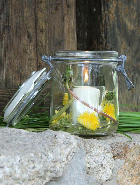 Windlicht: Aus einem Einmachglas lässt sich in Windeseile ein hübsches Windlicht zaubern. Alles was Sie benötigen sind einige Löwenzahnblüten mit Stengel, eine Kerze und ein Glas Ihrer Wahl. (Foto: MSL/Alexandra I.)