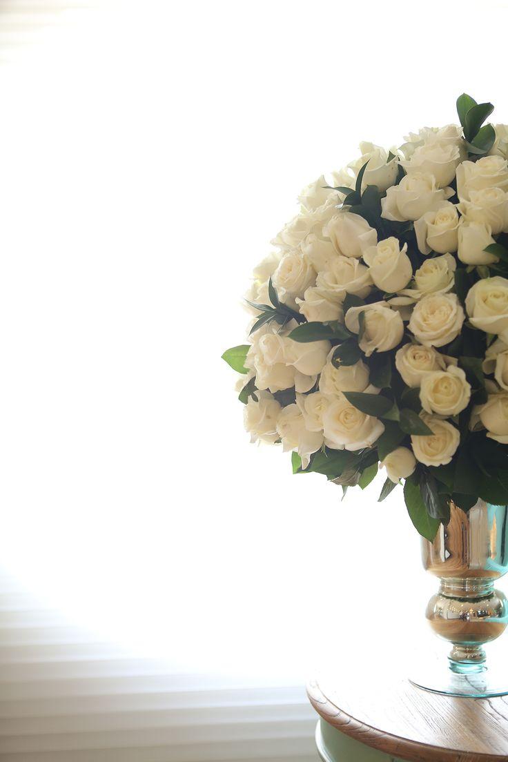 arranjo com rosas brancas                                                                                                                                                                                 Mais