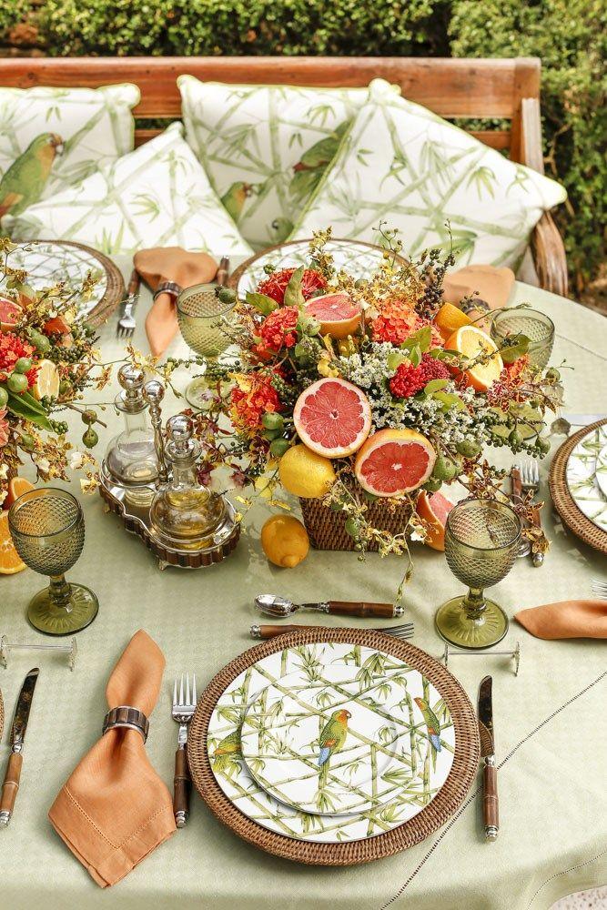Mesa decorada para um almoço no jardim, aproveitando o verão!