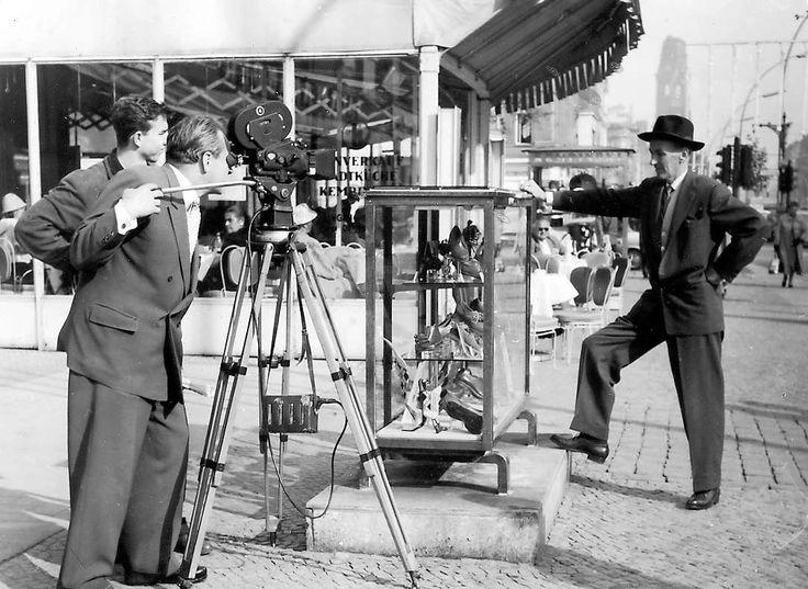 Das Bild zeigt Kameramann, Regisseur und Schriftsteller Leo de Laforgue bei Dreharbeiten vor dem Kranzler um 1950. Foto: promo