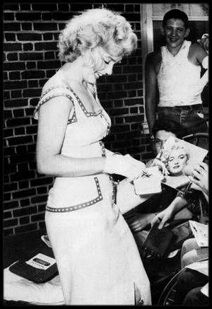 1952-53-55-57 / GENEROSITE / Tout au long de sa carrière, Marilyn utilise sa notoriété pour servir de nobles causes, et participe à de nombreuses manifestations dont les bénéfices sont reversés à diverses associations caritatives, notamment celles concernant les enfants ; elle permet ainsi de récolter des fonds qui sont redistribués pour lutter contre la polio, la dystrophie musculaire, les rhumatismes, l'arthrite, et effectue des visites dans divers hôpitaux pour enfants handicapés ou…