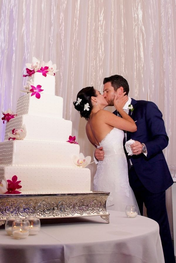 wedding cake backdrop five tier wedding cake with iridescent fabric backdrop 21773