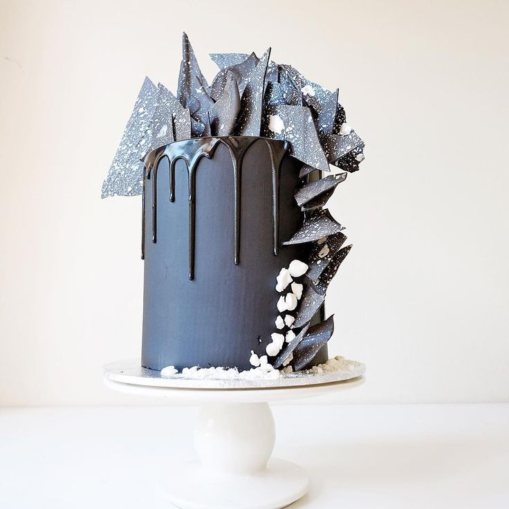8,227 отметок «Нравится», 288 комментариев — Cakes by Cliff (@cakesbycliff) в Instagram: «A birthday cake for a girl who likes black + white. Beneath the black vanilla buttercream reveals…»