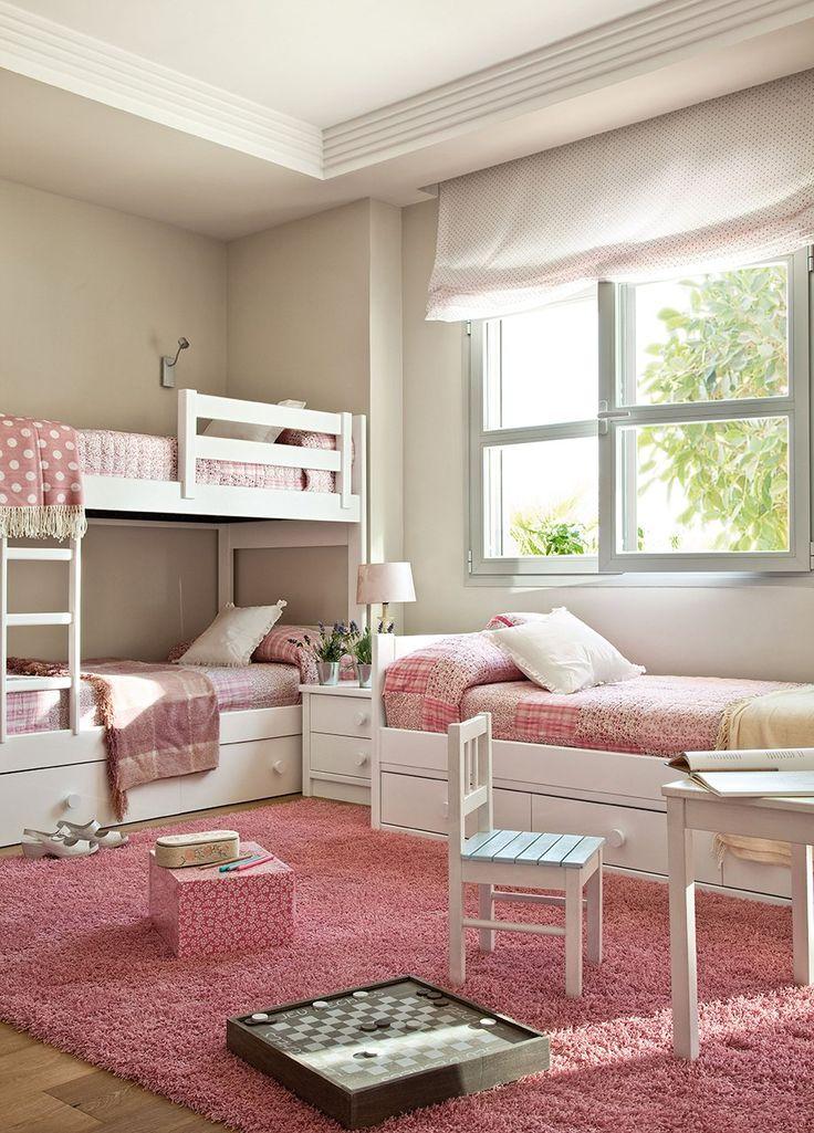 Dormitorio infantil con literas blancas y textiles en rosa. Las camas de las niñas