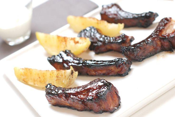 Receta de costillas americanas con patatas gajo y creme fraichê que podemos hacer en casa con la ayuda del horno. Sorprenden siempre. Pruébalas