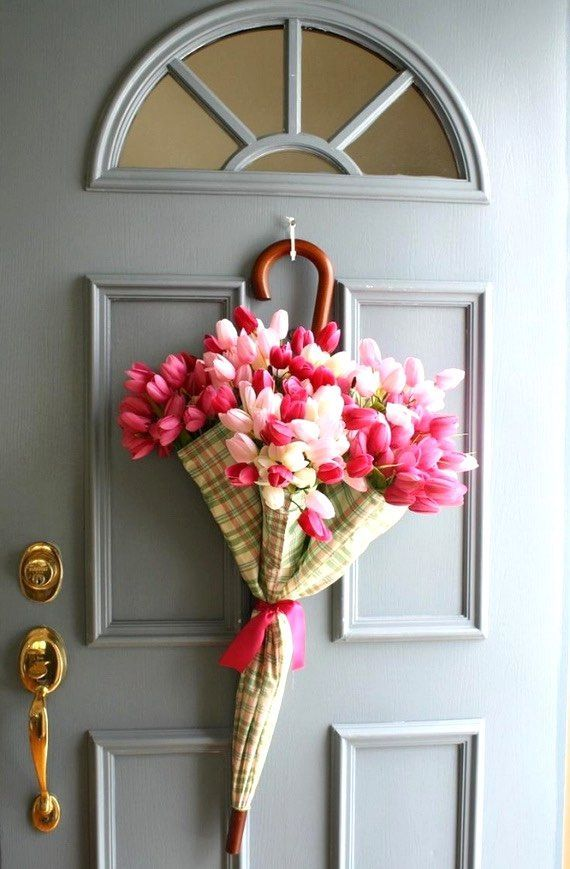 Easter Porch Decor Ideas, Easter wreath ideas, Easter decoration ideas, Easter DIY decor, Spring umbrella wreath tutorial. Perfect for a baby shower party. Easter flowers decor. Easter crafts. Easter craft ideas.