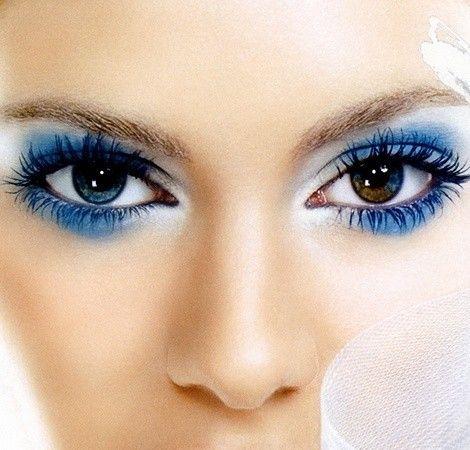 Occhi castani risalatati dal make up blu
