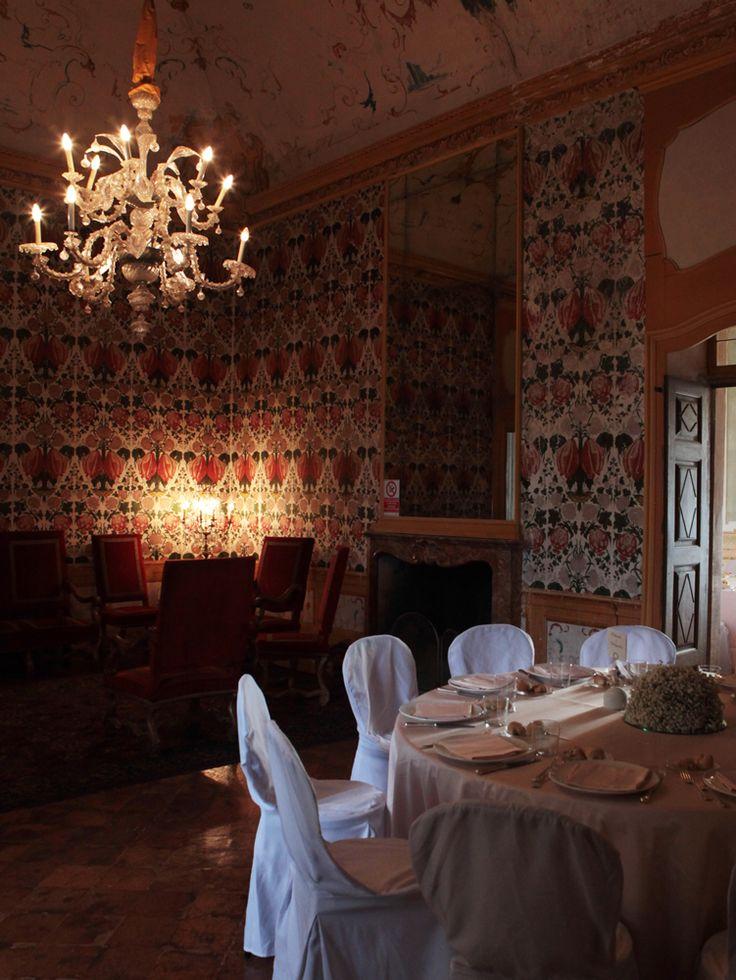 Tavolo allestito nella sala da lettura