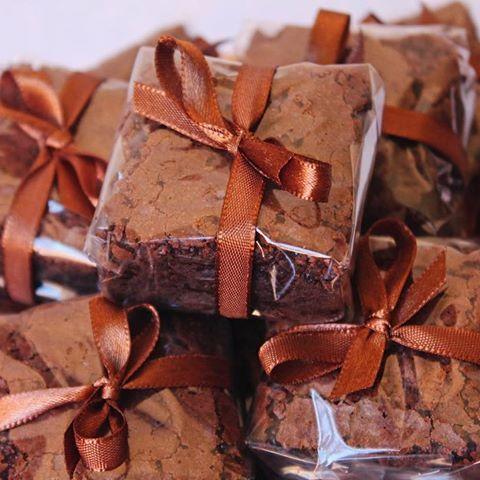 Uma ótima ideia para fazer lembrancinhas são os Brownies embalados com papel celofane. Além de ficarem lindos eles são muito fáceis de fazer ❤️❤️