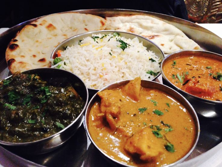 Plato principal, servido por cada comensal. 2 pitas con pollo al curry, cordero con espinacas y gambas con especias y masala. Con una guarnición de arroz basmati perfumado en el centro.