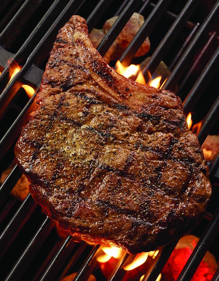 COWBOY RIB EYE  Bife de lombo (455 gramas) grelhado na perfeição com um maître de manteiga de ervas. Servido com puré de batata yukon e legumes da época. #ThisIsHardRock