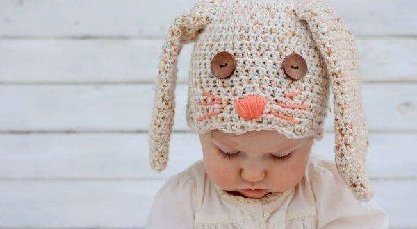 A sua criança vai ficar muito fofa com uma linda e diferenciada touca de coelho feita de crochê. Esc