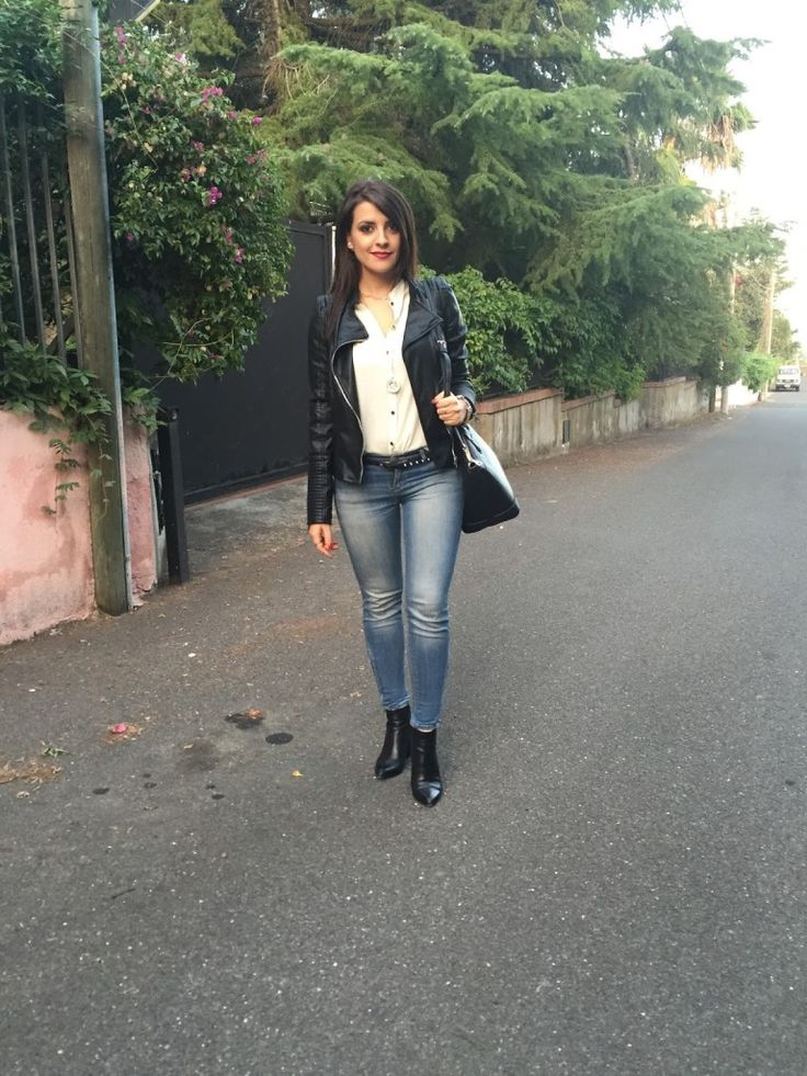 Jeans, camicia bianca e giacca di pelle – Un look casual e grintoso! | Enchanting Land