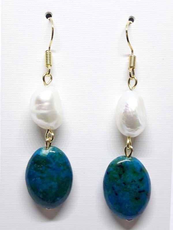 Edle Ohrhänger Ohrringe gold mit beige cremeweißen Süßwasser Perlen und grünem Stein
