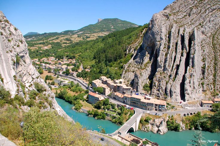 Rocher de la Baume - Sisteron (France).The vertical strata making up Rocher de Baume result from limestone sediments deposited horizontally at the bottom of a Late Jurassic (Tithonian) sea.