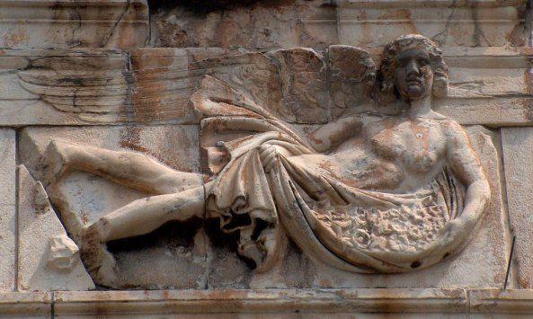 Ρολόι του Κυρρήστου. Ο ΖΕΦΥΡΟΣ,(δυτικός άνεμος ~ ο σημερινός ΠΟΥΝΕΝΤΕΣ), ως φτερωτή μορφή νεαρού άνδρα. Έχει μαλλιά ως τους ώμους, είναι αγένειος και ξυπόλητος. Είναι γυμνός, και μπροστά στο σώμα του κρατά ιμάτιο γεμάτο με λουλούδια.