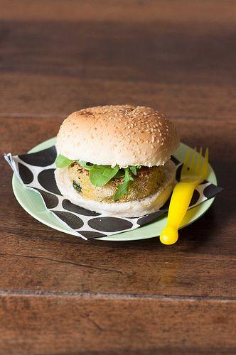 """Continuano le mie ricette per Qvc, il canale del digitale terrestre dedicato allo shopping.Questa volta ho pensato di fare un hamburger un po' particolare, non di carne ma di verdure.Può essere un modo per far mangiare le verdure anche ai bimbi che si solito non ne vogliono sentir parlare.Basta poco e penseranno di mangiare un hamburger stile fast food ed invece sarà un hamburger salutare e di sole verdure. Dite che questo blog si sta """"mammizzando""""? eheheh…pensate che a casa non abbiamo…"""
