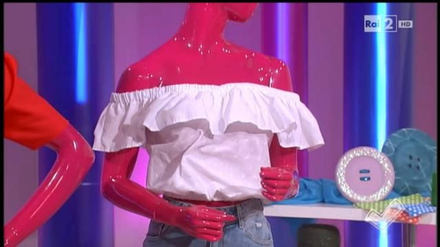 Di gran moda per la P/E 2016 l'abito senza spalline. Il video della puntata del 20-4-2016 a DettoFatto su Rai2
