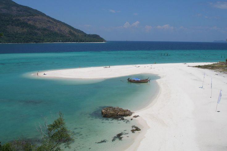 La plage Sunrise Beach de l'île de Ko Lipe est une belle plage de sable blanc à l'eau turquoise. L'île Ko Lipe est en forme de croissant avec 3 plages principales : Sunrise Beachm Pattaya Beach et Sunset Beach Accès : prendre un bateau à l'embarcadère du port de Satun Activités : Plongée, snorkeling A…