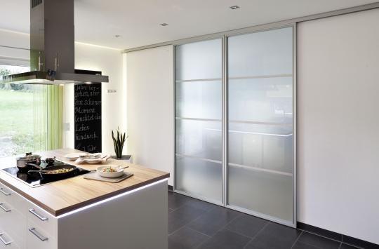Puertas correderas de paso entre comedor y cocina de ADVANTAGE, cerradas.