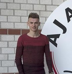 Daley Sinkgraven start in de basis vanavond tegen AZ.  Dit bevestigde de nieuwe aankoop van Ajax aan De Telegraaf na het besloten deel van de training waarin hij zag dat hij door de blessures van Davy Klaassen en Thulani Serero gaat spelen tegen AZ.
