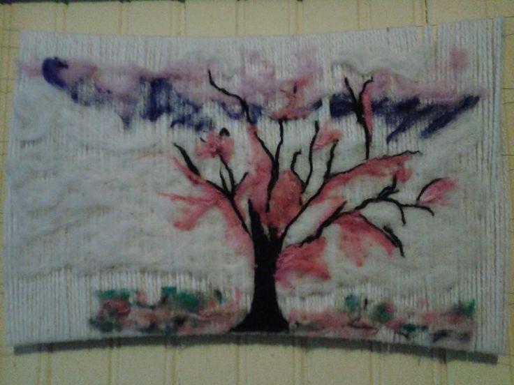 Árbol decorativo, base telar aplicacion fieltro. Diseño cerezo surrealista