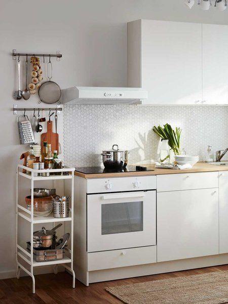 Espacio extra de almacén: cocina con carro auxiliar y barras en la pared